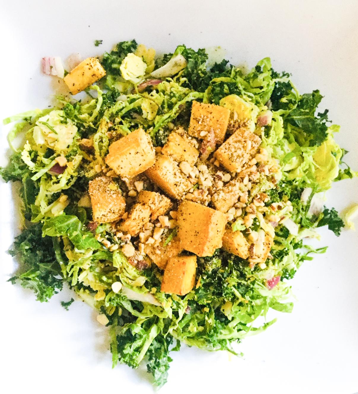 Salade de tofu grillé au poivre et aux choux de Bruxelles amande et orange